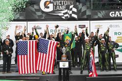 Победители - Скотт Шарп, Эд Браун, Пипо Дерани, Йоханнес ван Овербек, ESM Racing празднуют