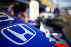 Un logo de Honda en la nariz de un Toro Rosso en el pit lane