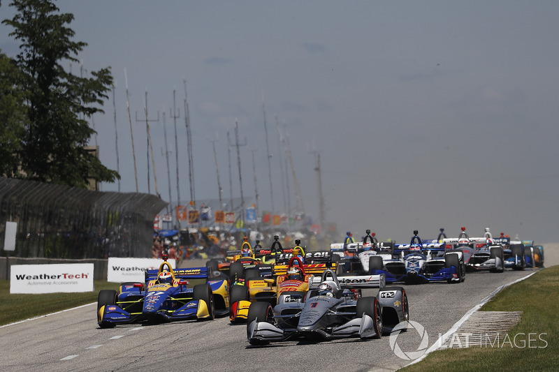 Josef Newgarden, Team Penske Chevrolet, Alexander Rossi, Andretti Autosport Honda, Ryan Hunter-Reay, Andretti Autosport Honda lead at the start, green flag
