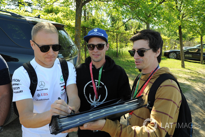 Valtteri Bottas, Mercedes-AMG F1, firma autografi ai tifosi