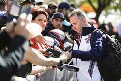 Paddy Lowe, Williams Martini Racing Formula 1, signe des autographes