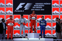 Podyum: Yarış galibi Michael Schumacher, Ferrari, 2. David Coulthard, McLaren, 3. Giancarlo Fisichella, Benetton, futbolcu Pele ve Ferrari Teknik direktörü Ross Brawn