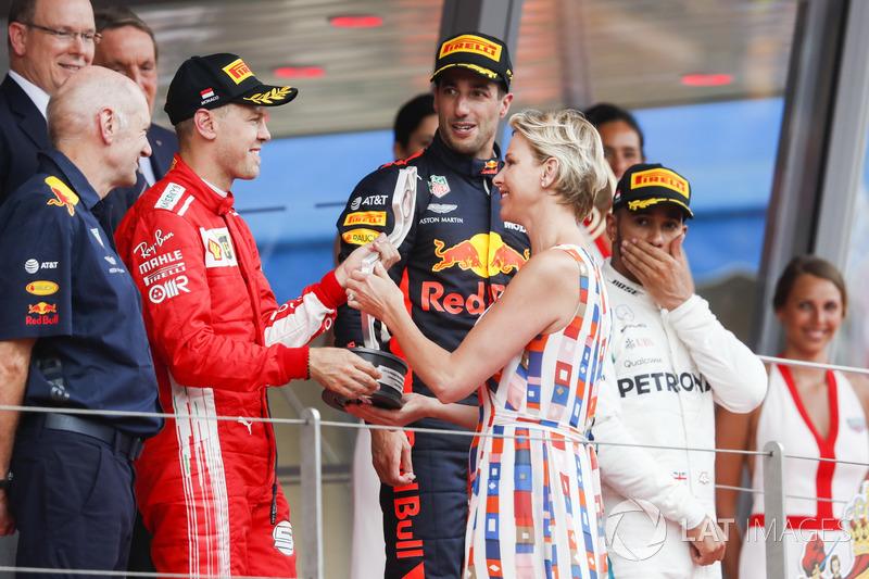 Podio: segundo lugar Sebastian Vettel, Ferrari, recibe su trofeo de la princesa Charlene de Mónaco