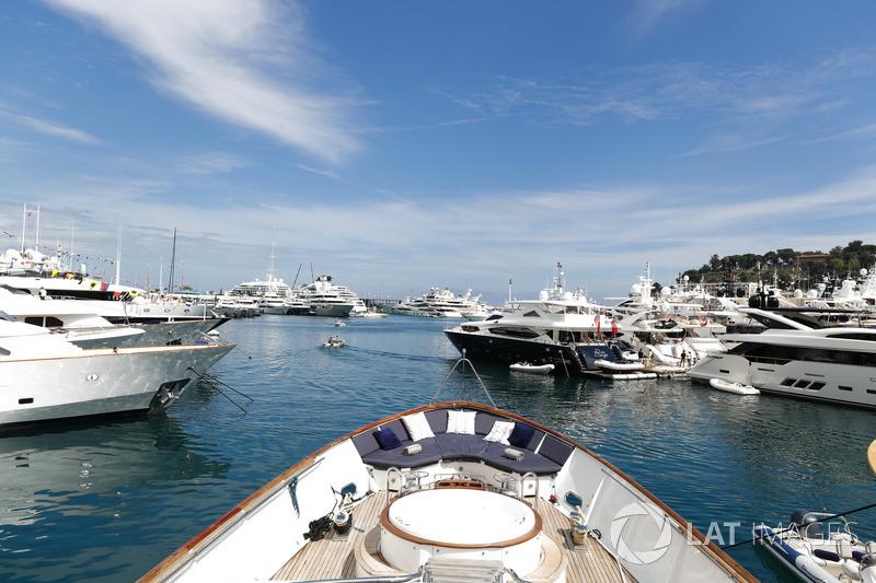 Yates y barcos en el puerto