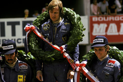 Podium: race winnaar Ronnie Peterson, Lotus, tweede Niki Lauda, Ferrari, derde Clay Regazzoni, Ferrari