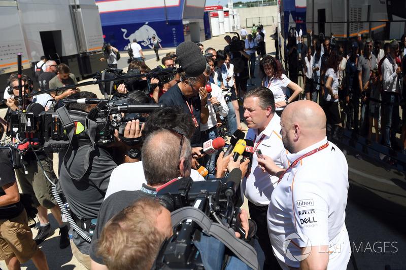 Zak Brown, PDG de McLaren Racing, parle avec les médias