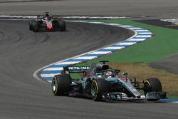 Lewis Hamilton, Mercedes-AMG F1 W09 en Romain Grosjean, Haas F1 Team VF-18