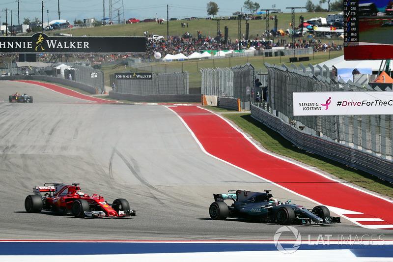 Lewis Hamilton, Mercedes AMG F1 W08 pasa a  Sebastian Vettel, Ferrari SF70-H