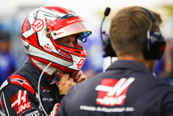 Kevin Magnussen, Haas F1 Team, met son casque
