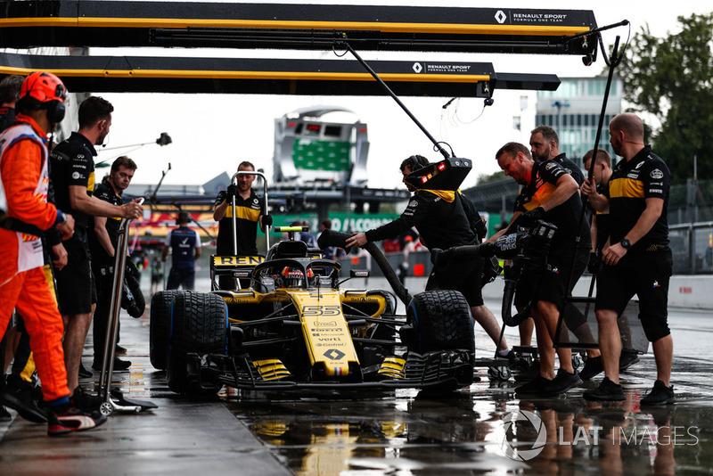 Carlos Sainz Jr., Renault Sport F1 Team RS 18, in the pits