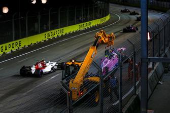 Charles Leclerc, Sauber C37 passes the crashed car of Esteban Ocon, Racing Point Force India VJM11
