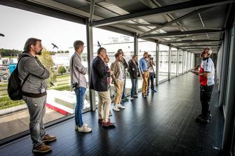 Membri del team Sauber con i media
