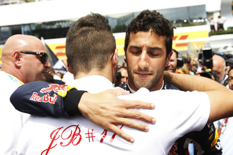 Daniel Ricciardo, Red Bull Racing, étreint Tom Bianchi