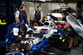 Mechanics work on the car of Sergey Sirotkin, Williams FW41