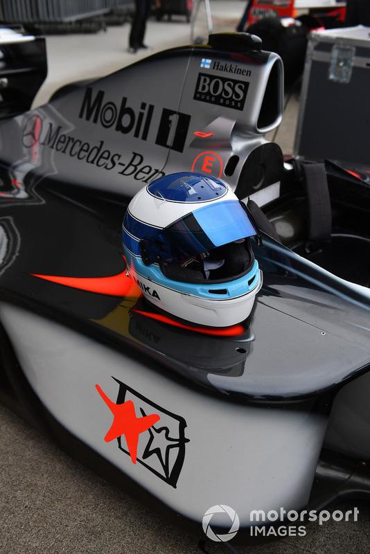 McLaren MP4-13 ve Mika Hakkinen'in kaskı