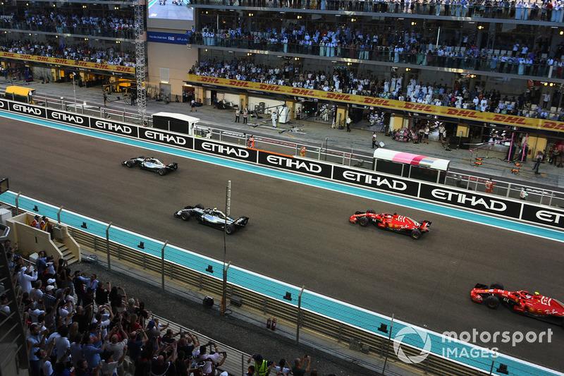Льюіс Хемілтон, Mercedes AMG F1, лідирує на старті