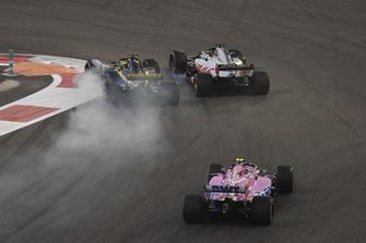 Nico Hulkenberg, Renault Sport F1 Team R.S. 18 and Romain Grosjean, Haas F1 Team VF-18 battle on lap one