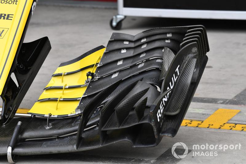 Tampilan dekat sayap depan Renault R.S.18. Perhatikan sirip-sirip vertikal yang terpasang berbaris di bagian endplate.