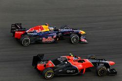 Sebastian Vettel, Red Bull Racing RB8 passeert Charles Pic, Marussia F1 Team MR01