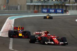 Kimi Raikkonen, Ferrari SF70H leads Max Verstappen, Red Bull Racing RB13 and Nico Hulkenberg, Renault Sport F1 Team RS17
