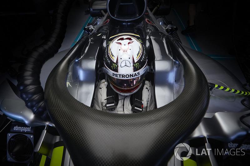 Lewis Hamilton, Mercedes AMG F1 W09, na garagem