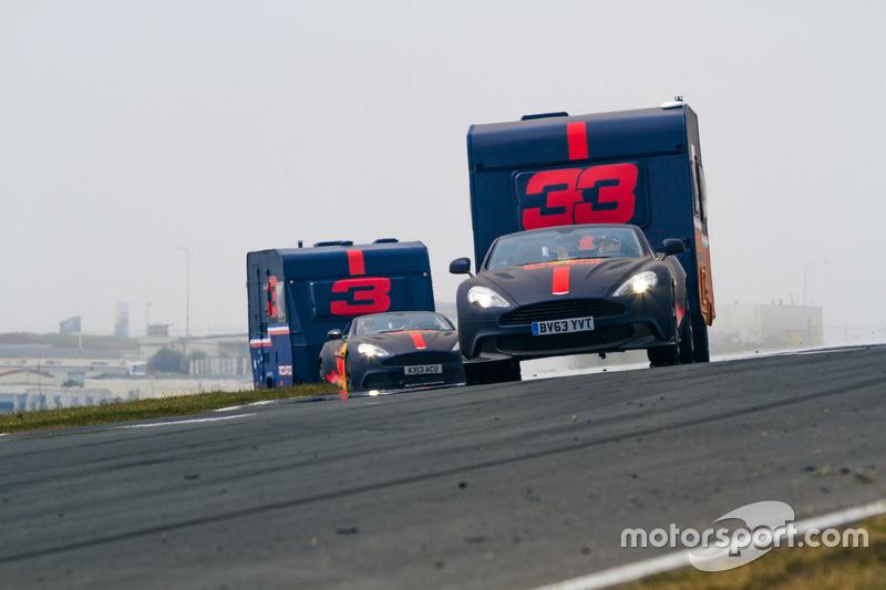 Max Verstappen y Daniel Ricciardo con la caravana