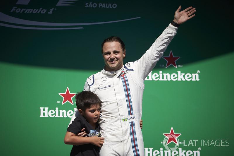 Гонщик Williams Фелипе Масса со своим сыном Филипиньо на подиуме