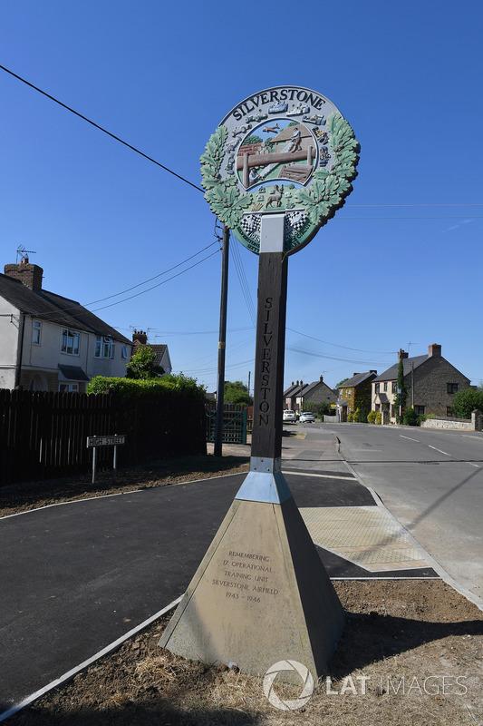 Silverstone Village, monumento ai caduti