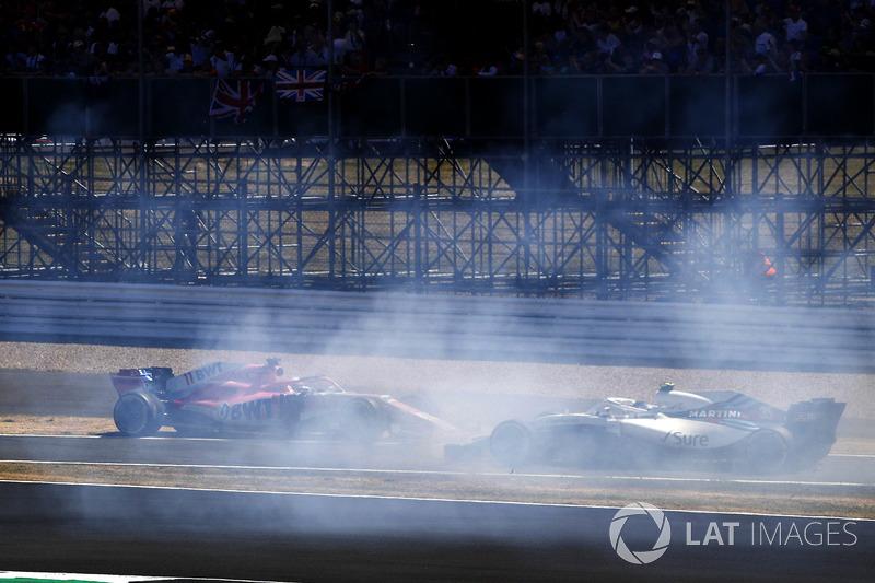Sergio Perez, Force India VJM11, reklam tabelasına çarpıyo. Sergey Sirotkin, Williams FW41 geçiyor