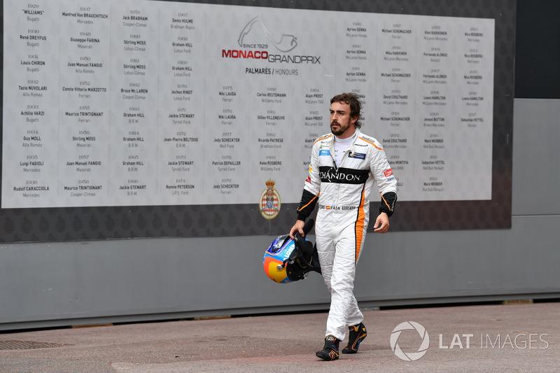 El retirado de la carrera Fernando Alonso, McLaren camina