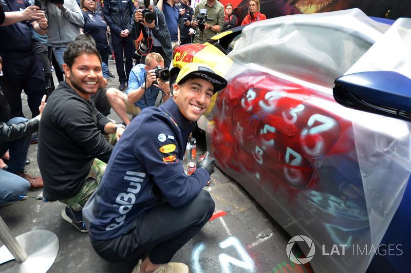 Daniel Ricciardo, Red Bull Racing, Aston Martin DB11'i boyuyor