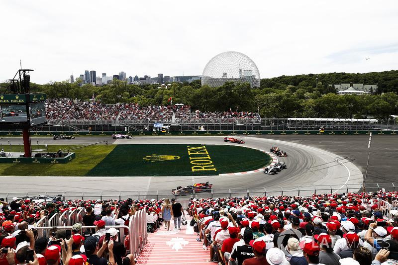 Max Verstappen, Red Bull Racing RB14, leads Lewis Hamilton, Mercedes AMG F1 W09, Daniel Ricciardo, R