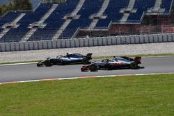 Lewis Hamilton, Mercedes-AMG F1 W09 and Romain Grosjean, Haas F1 Team VF-18