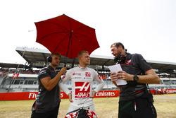 Kevin Magnussen, Haas F1 Team ,habla con sus ingenieros en la grilla