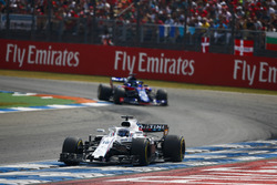 Лэнс Стролл, Williams FW41, и Брендон Хартли, Scuderia Toro Rosso STR13