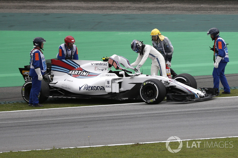 Marshals recover the car of Lance Stroll, Williams FW40 after stopping on track in FP3