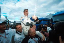 Ganador de la carrera Johnny Herbert, Stewart Grand Prix celebra con el equipo