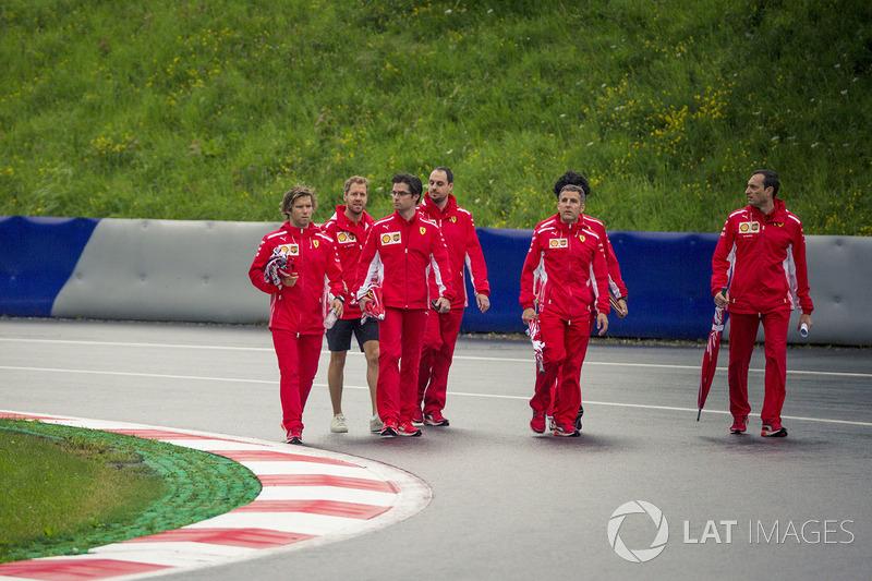 Sebastian Vettel, Ferrari, recorre la pista con el equipo