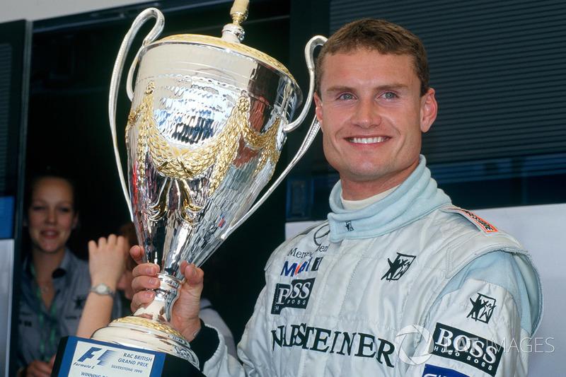 Coulthard met één van zijn in totaal dertien overwinnaarstrofeeën: