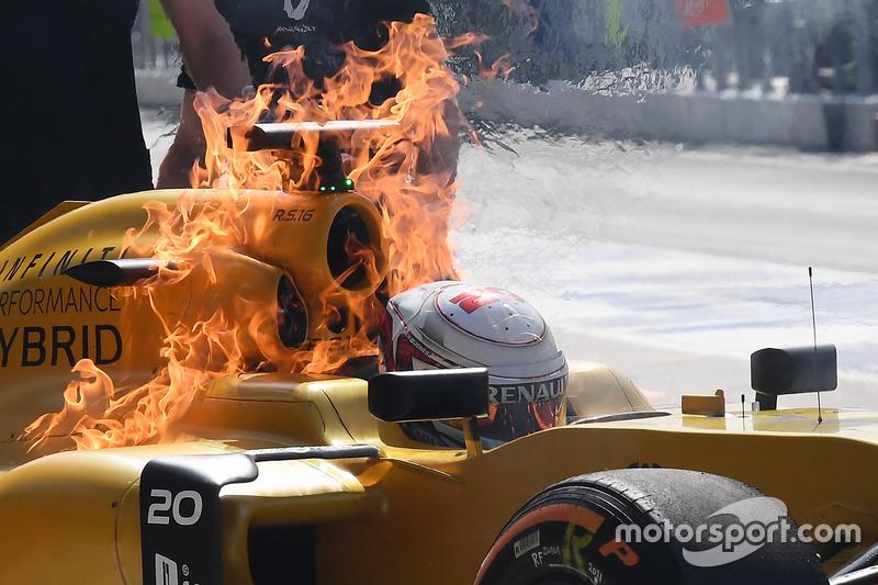 Training: Heißer Auftakt mit Feuer am Renault von Kevin Magnussen