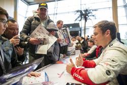 Tom Chilton, Sébastien Loeb Racing, Citroën C-Elysée WTCC schreibt Autogramme