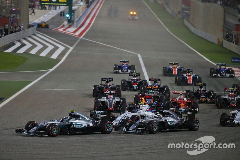 Arrancada: Nico Rosberg, Mercedes AMG F1 Team W07 y Lewis Hamilton, Mercedes AMG F1 Team W07