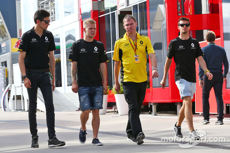 Esteban Ocon, Renault Sport F1 Team Test Driver with Kevin Magnussen, Renault Sport F1 Team; Alan Permane, Renault Sport F1 Team Trackside Operations Director; and Jolyon Palmer, Renault Sport F1 Team