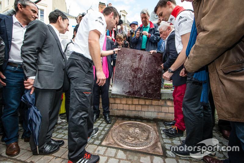 Церемонія відбитків долонь: переможці 24-х годин Ле-Мана 2015 року НІк Тенді та Ерл Бамбер, Porsche Team