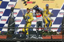 Podio: ganador carrera Makoto Tamada, Honda, segunda plaza Max Biaggi, Honda, tercera plaza Nicky Hayden, Repsol Honda Team