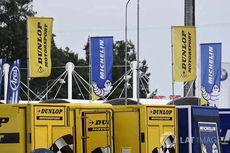 Dunlop y banderas de Michelin