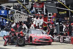 Kurt Busch, Stewart-Haas Racing Ford, pit stop