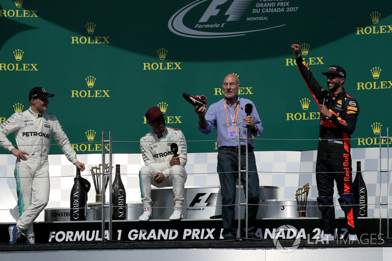 Подиум: актер Патрик Стюарт пьет из ботинка гонщика Red Bull Racing Даниэля Риккардо; рядом – пилоты
