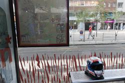 Шлем гонщика на автобусной остановке