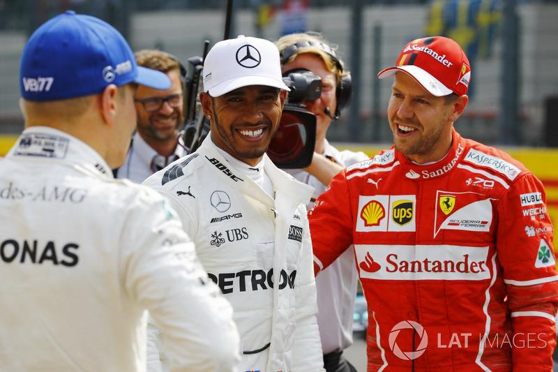 Ganador de la pole Lewis Hamilton, Mercedes AMG F, segundo Sebastian Vettel, Ferrari y tercero Valtteri Bottas, Mercedes AMG F1